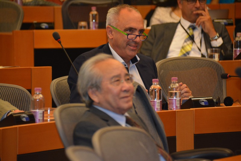 VCHR President Vo Van Ai and Peter Van Dalen MEP, Co-Chair of the European Parliament Intergroup on Freedom of Religion or Belief and Religious Tolerance - © VCHR 2017
